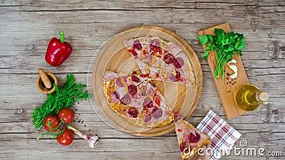 La vue supérieure de la pizza coupe du plat en bois sur la table arrêtez l'animation de mouvement, 4K