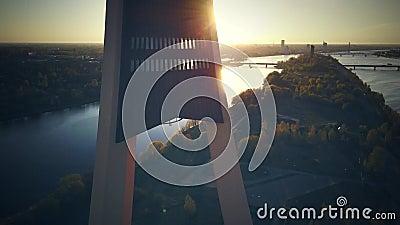 La vue sur la tour de TV ? Riga, fin  Temps de coucher du soleil vue de bourdon clips vidéos