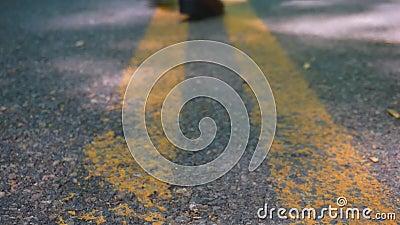 Laarzen die op weg lopen stock video