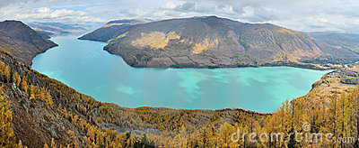 Lac Kanas dans la vue de panorama