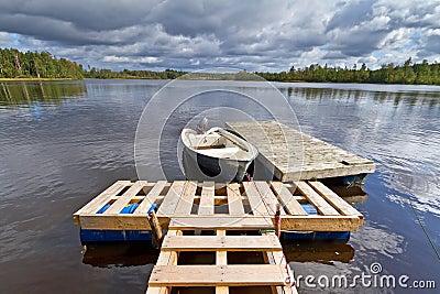 Lac suédois avec le bateau