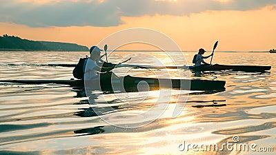 Lac Sunset avec un groupe de plaisanciers qui le traversent banque de vidéos