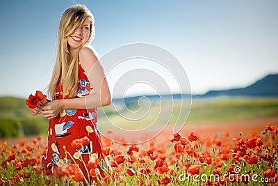 Lachende vrouw op papavergebied