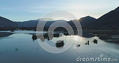 Lado movente no lago do nascer do sol no verão Do scape verde exterior da natureza de Europa Itália establisher aéreo selvagem vo video estoque