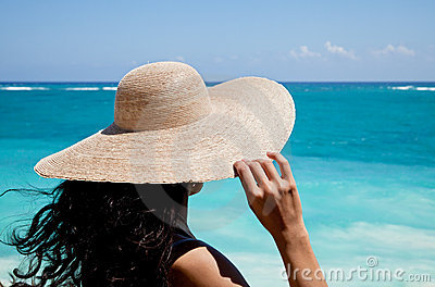 Lady with hat staring at the sea