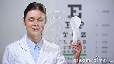 Lady oculist-hållare för ögonstängning, specialinstrument för syntest Lady oculist-hållare för ögonstängning, specialinst lager videofilmer