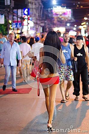 Ladyboy na ulicie Patong przy nocą, Tajlandia Fotografia Editorial