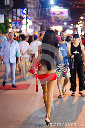 Ladyboy op de straat van Patong bij nacht, Thailand Redactionele Fotografie