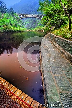 Lago calmo in Wudang, Cina