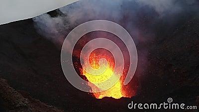 Lago di lava in cratere del vulcano attivo, lava rovente di eruzione, gas, ceneri, vapore video d archivio
