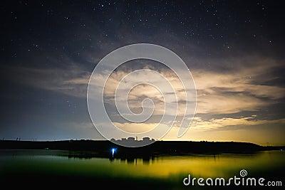 Lago e céu noturno