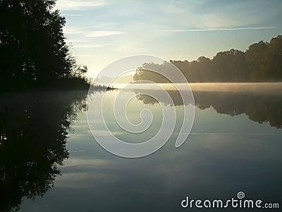 Lago enevoado