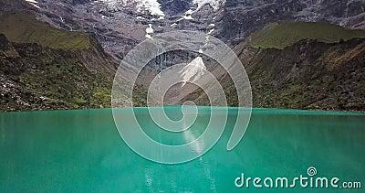 Lago Humantay en Perú en la montaña de Salcantay en los Andes en la altitud de los 5473m, vídeo aéreo almacen de metraje de vídeo