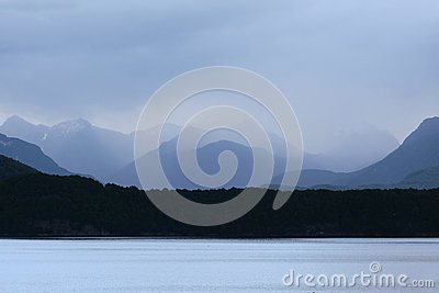 Lago Manapouri en la lluvia