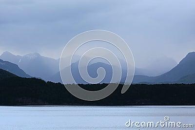 Lago Manapouri na chuva