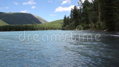 Lago na manhã do verão, lago highland Kucherlinskoye, montanhas de Altai, Rússia filme