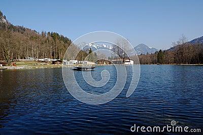 Lago y el acampar en montañas.