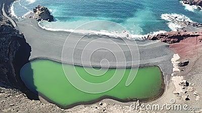 Laguna verde di El Golfo e oceani, Lanzarote, Isole Canarie stock footage