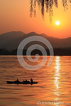 lake sun setting