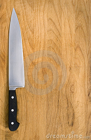 Lama di cucina sul blocchetto di taglio.