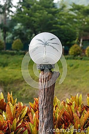 Lamp op houten voor buitenverlichting in de tuin stock foto afbeelding 62622588 - Tuin decoratie buitenkant ...