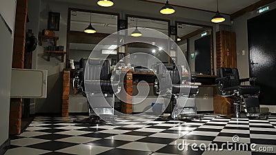 Lampade a sospensione dannata nel salone di lavoro di parrucchiere