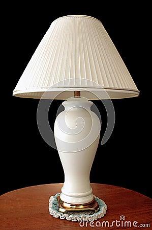 Lampe auf hölzerner Tabelle