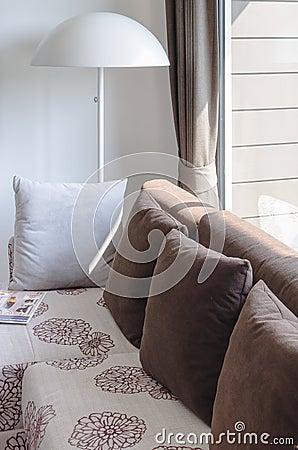 Salon moderne avec le sofa et la lampe blanche photo stock   image ...
