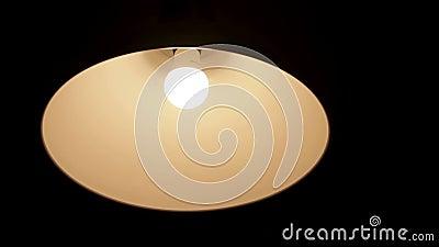 Lampe in der Abdeckung, die auf der Decke und die Erschütterung, warmes Licht und dunkler Hintergrund hängt stock footage