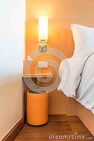Lampe sur une table c t d 39 un lit images libres de droits image 3441 - Lampe au dessus d une table ...