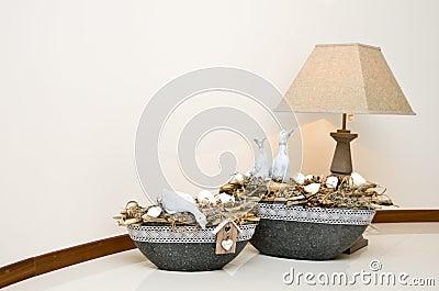 Lampe und Vasen