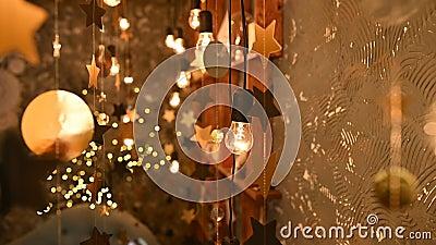 Lampen dicht Hochzeitsgärten, die im schönen Innern der Wohnung glühen stock video