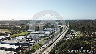 Landstraßenmorgenverkehr - Brummen schoss 60 Meter hoch stock footage