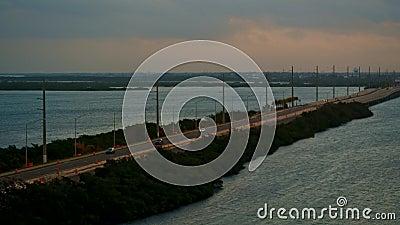 Landstraßenverkehr, der auf eine Brücke kreuzt einen Ozean fährt stock video footage