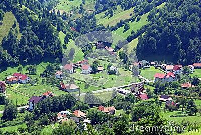 Landwirtschaftliche Landschaft im Tal an der großen Höhe