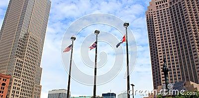 Lange gebouwen en drie vlaggen