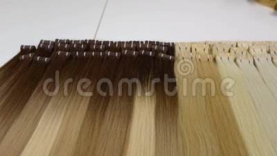 Lange mooie vrouwelijke haren, kunstmatig lang vrouwelijk haar in lichte schimmels stock videobeelden