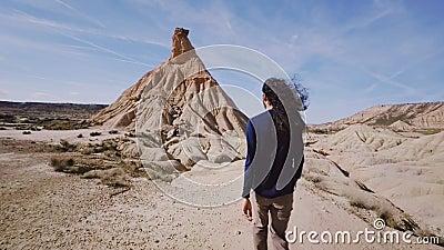 Lange reizigersgangen door woestijn op hete zonnige dag stock footage