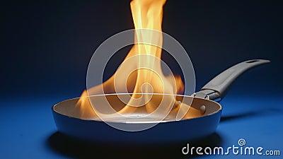 LANGSAM: Bratpfannenflammen stock video