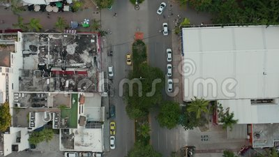 Langsames Fahren auf einer Straße mit Autos, Personen, Verkehr in Mexiko - 4k Luftwaffe stock video footage