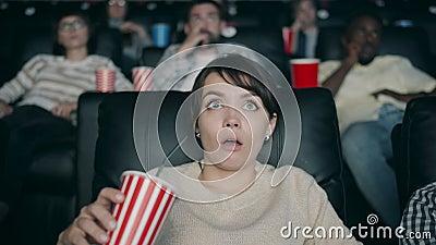 Langschlampige Bewegung der schönen Frau, die Film im Kino mit offenem Mund trinken Tränken im offenen Mund stock video footage