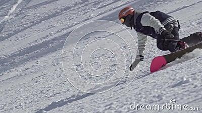Langzaam motieschot van professioneel mannetje die snowboarder snowboard uitvoerend extreme stunts op sneeuwbergheuvel berijden stock video