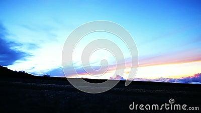 Langzaam Motiesilhouet Womamn die bij Zonsondergang lopen stock video