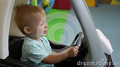 Langzame Beweging Kinderstuur In Een Speelgoedauto Speelcentrum Voor Kinderen Jongen Rijden Speelgoedauto S Stock Footage Video Of Haar Auto 159725048