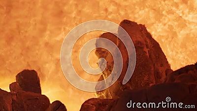 Langzame beweging van Fire smelt aluminiumingots in een hoogoven Aluminiumgieteroven geladen met metaal Rood, warm stock footage