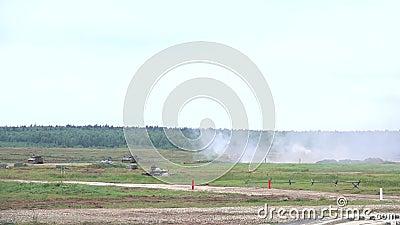 Langzame die motie van het schieten van Russische leger gemotoriseerde houwitser wordt geschoten stock video