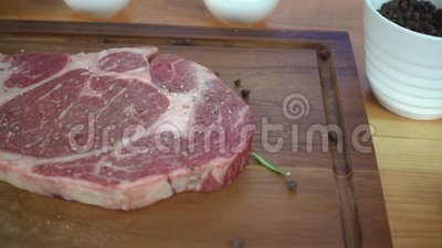 Langzame motie - sluit omhoog van gastronomische chef-kok of kook kruiden verse brok van delicatessenwinkelstuk van rundvlees met stock videobeelden