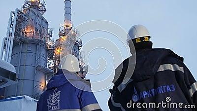 Langzame Motie Twee Arbeiders inspecteert Bouwmateriaal stock videobeelden