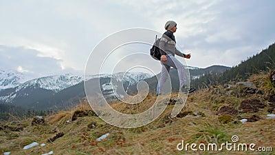 Langzame Motie van de Mens die de Berg met Noordse Lopende Polen in de Winter beklimmen stock video