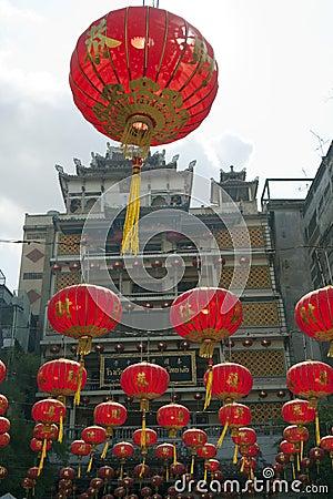 Lanternas de papel chinesas no ano novo chinês, cidade da porcelana de Yaowaraj